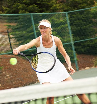 Female tennis player on the court.